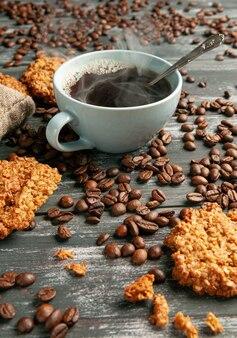 Kaffee in einer blauen tasse. hausgemachte haferkekse sind in der nähe.