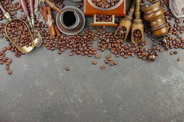 Kaffee in einer tasse auf einem alten hintergrund