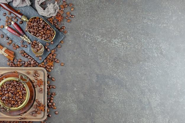 Kaffee in einer tasse auf kaffeebohnen.