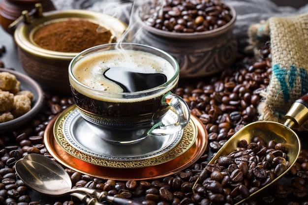 Kaffee in einer tasse und untertasse auf einem alten hintergrund
