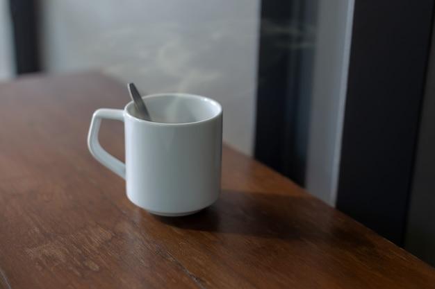 Kaffee in einer weißen schale auf dem tisch