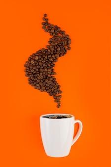Kaffee in einer weißen tasse mit kaffeebohnen.