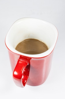Kaffee in roter tasse auf weißem hintergrund