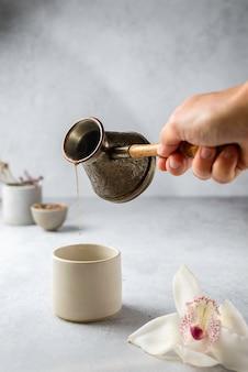 Kaffee in türkisch auf grauem hintergrund