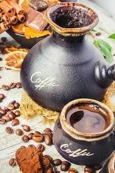 Kaffee in turku für frühstückscollage zu brauen. selektiver fokus.
