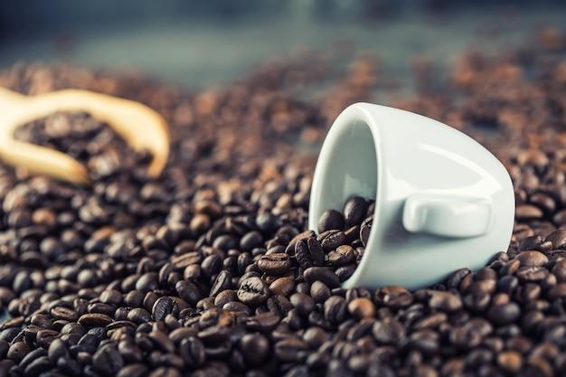 Kaffee. kaffeebohnen. kaffeetasse voller kaffeebohnen. getöntes bild