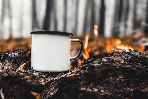 Kaffee kochen auf dem spiel. machen sie kaffee oder tee am feuer der natur. verbranntes feuer. ein ort für feuer. asche und kohle.