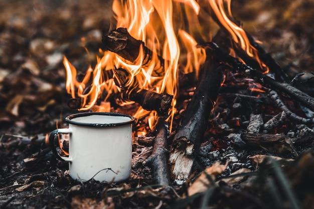 Kaffee kochen auf dem spiel. machen sie kaffee oder tee am feuer der natur.
