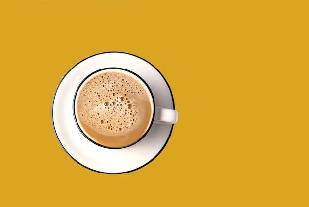 Kaffee latte art in einer tasse auf der trendigen farbe des fortuna-goldhintergrunds