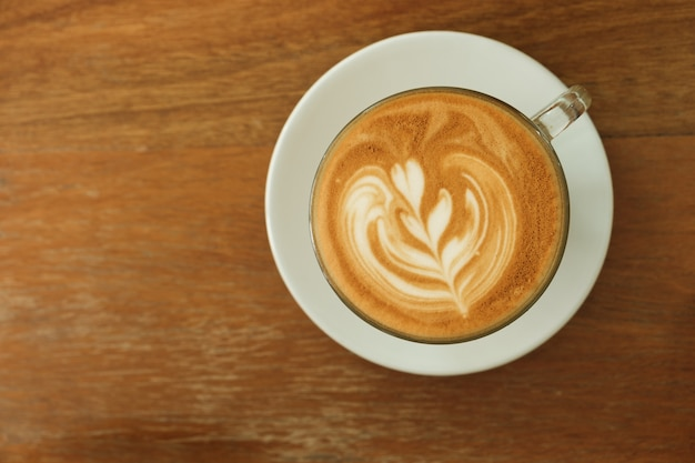 Kaffee latte, herz formte schaumkaffee und kopienraum