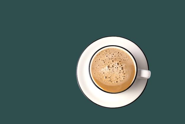Kaffee-latte-kunst in einer tasse auf trendiger farbe des grünen hintergrunds des gezeitenwassers