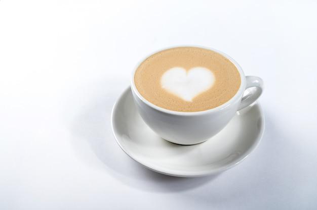 Kaffee latte mit herzform, latte kunst