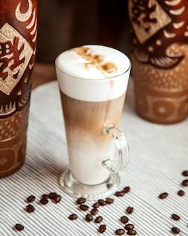 Kaffee latte mit kaffeebohnen