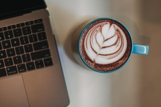 Kaffee latte mit laptop und handy