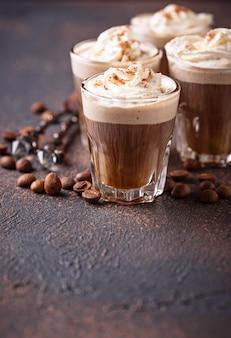 Kaffee latte mit schlagsahne