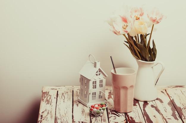Kaffee latte und tulpen auf dem shabby chic tisch