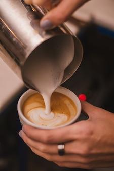 Kaffee lattekunst, die durch barista macht