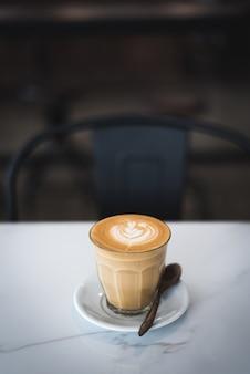 Kaffee letzter auf weißer tabelle im café