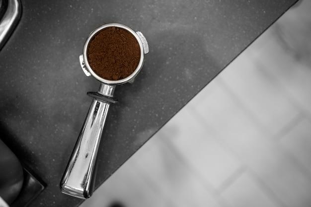 Kaffee manipulieren zur kaffeemaschine