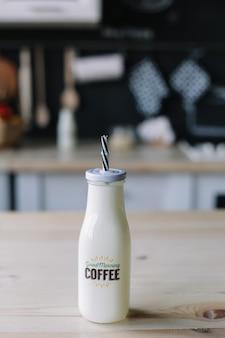 Kaffee milchshake in einer glasflasche morgenfrühstück