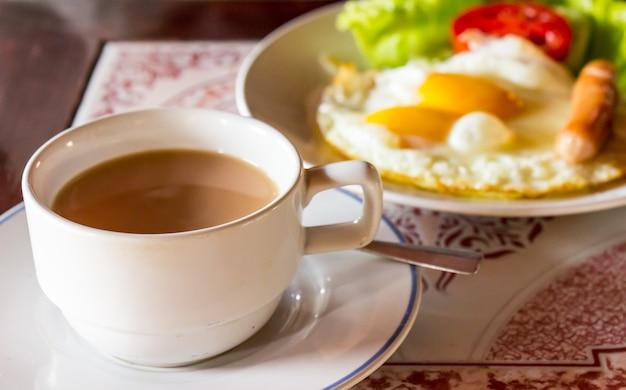 Kaffee mit amerikanischem frühstück essen