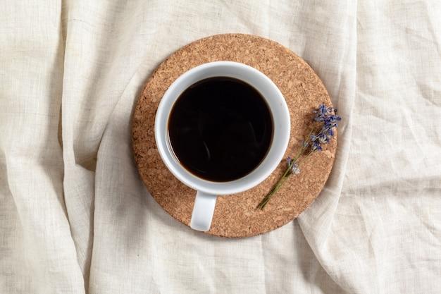 Kaffee mit blumenzusammensetzung auf dem tisch