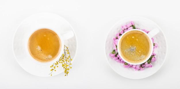 Kaffee mit den gleichen tassen kaffee in verschiedenen farben gelb und pink. draufsicht flach liegend