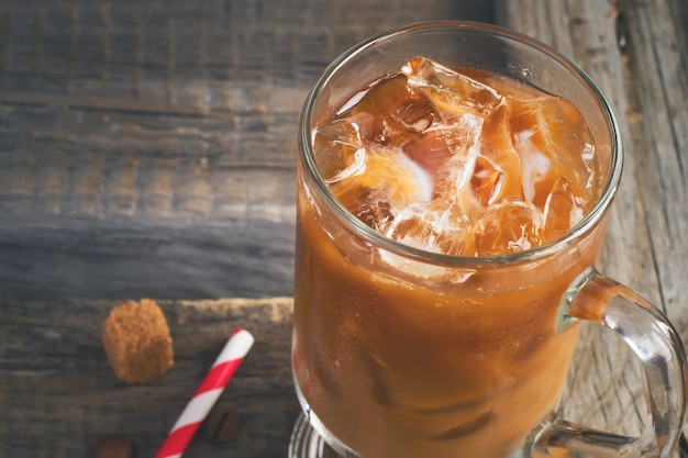Kaffee mit eis in einem glas