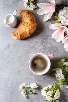 Kaffee mit frühlingsblumen