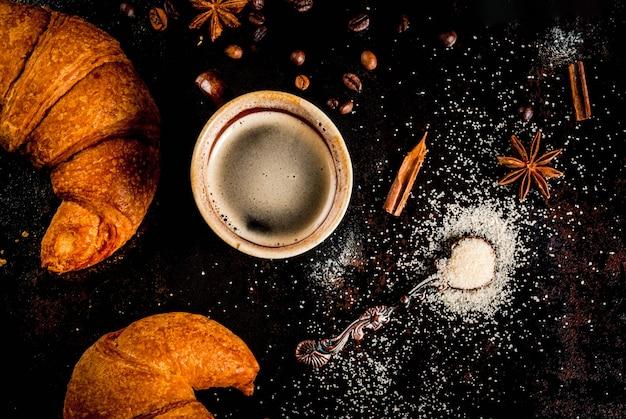 Kaffee mit gewürzen, rohrzucker und croissants