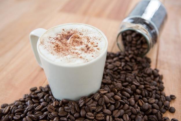 Kaffee mit kaffeebohnen und glas