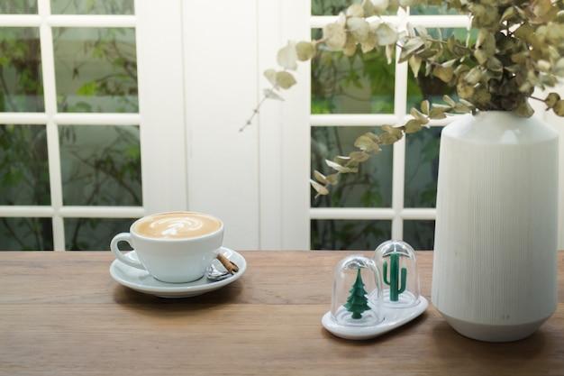 Kaffee mit latte kunst auf holztisch