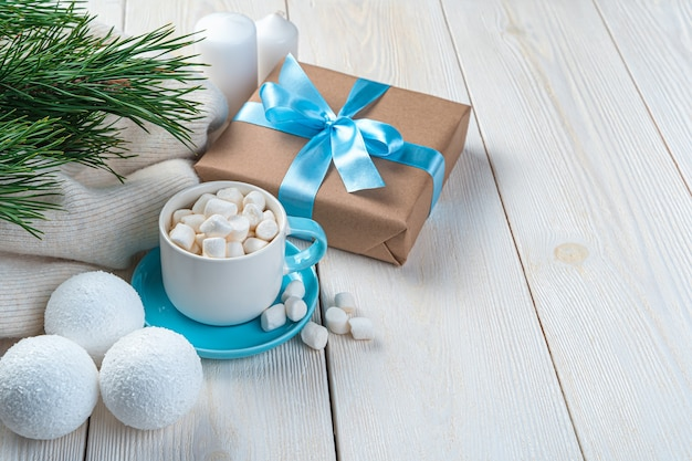 Kaffee mit marshmallow-tannenzweigen und weihnachtskugeln auf hellem hintergrund mit platz zum kopieren