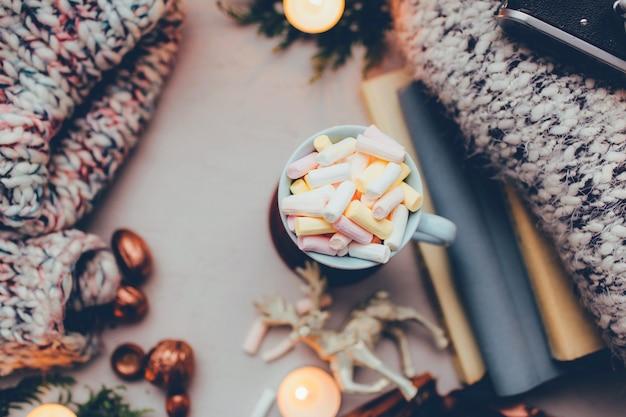Kaffee mit marshmallows in einer schönen tasse weihnachtsdekoration und kerzen gute laune
