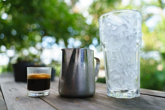 Kaffee mit milch im silbernen krug