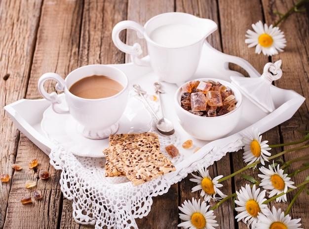 Kaffee mit milch und keksen.