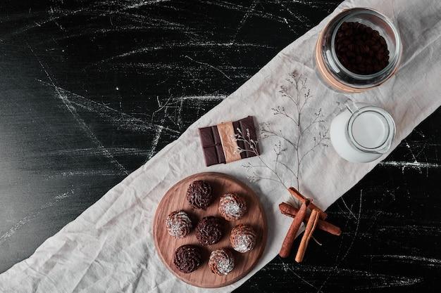 Kaffee mit milch- und schokoladenpralinen.