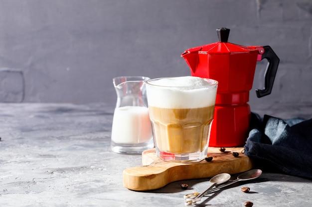 Kaffee mit milch und teekanne