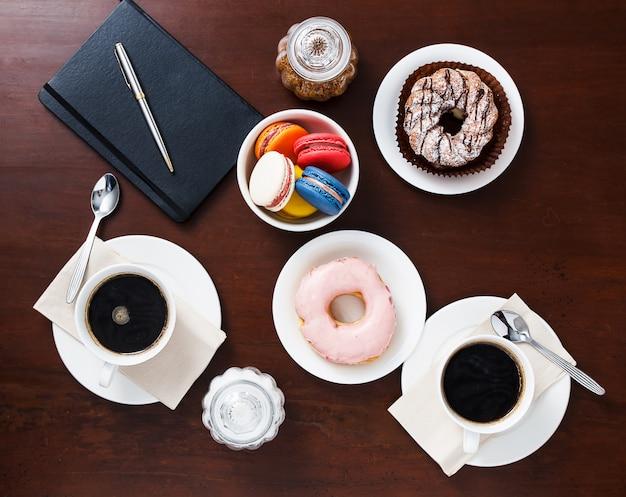 Kaffee mit nachtisch auf dem tisch, draufsicht.