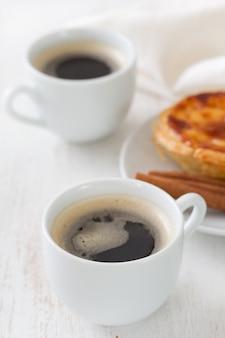 Kaffee mit portugiesischem plätzchen pasteis de nata