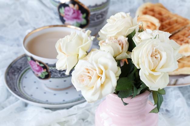 Kaffee mit schönen rosen