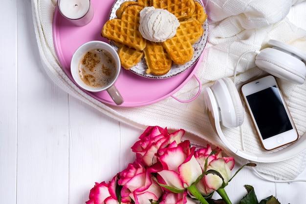 Kaffee mit waffeln und rosen. valentinstag oder 8. märz