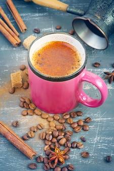 Kaffee mit zimt in einer rosa tasse