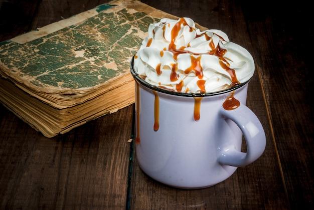 Kaffee oder heiße schokolade und altes buch