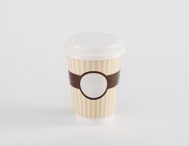 Kaffee-pappbecher im imbiss isoliert auf weißem hintergrund