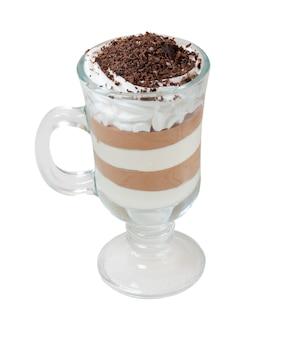 Kaffee-schokolade-cocktail. isoliert auf weißem hintergrund. beschneidungspfad
