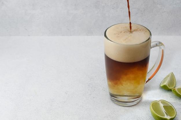 Kaffee tonic cocktail. espresso mit tonic water. speicherplatz kopieren.