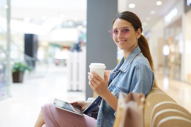 Kaffee trinken im einkaufszentrum
