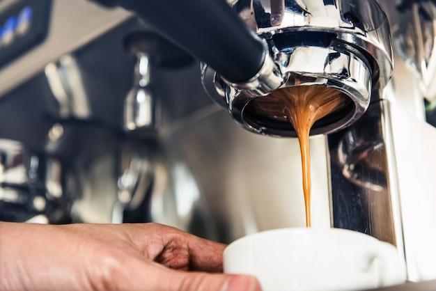 Kaffee tropfte von der maschine in die tasse
