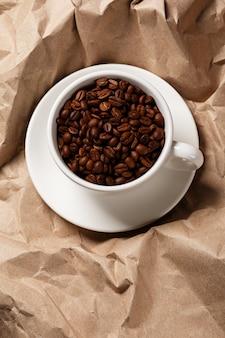 Kaffee über zerknitterte papieroberfläche